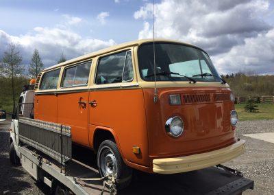 Superfin VW buss T2 Bay-window 1978 på väg in