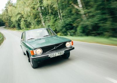 """Volvo 144 De Luxe """"Sport"""" 1973 på väg in."""